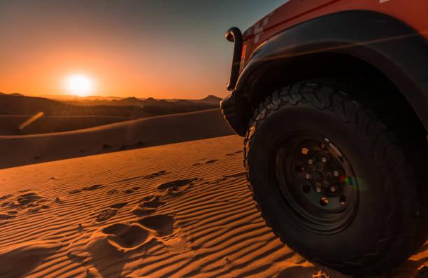 4 x 4 fahrzeug, wüste und sonnenuntergang - rally stock-fotos und bilder