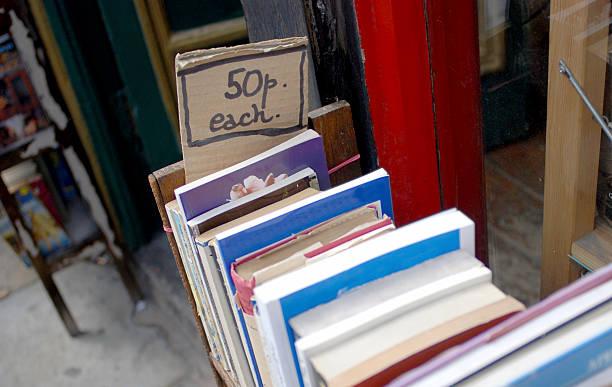 jeweils 50 uhr - gebrauchte bücher verkaufen stock-fotos und bilder