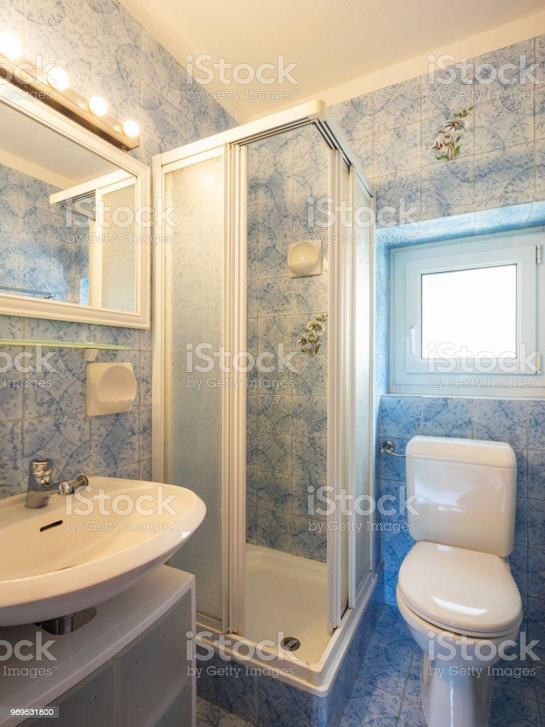 9er Jahre Badezimmer Mit Fliesen Und Einem Sehr Hellen Fenster Stockfoto  und mehr Bilder von Alt