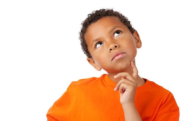 8 Jahre alten gemischtes junge Denken auf Weiß – Foto