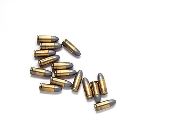 9 mm proiettile di pistola di isolato su sfondo bianco. - proiettile foto e immagini stock