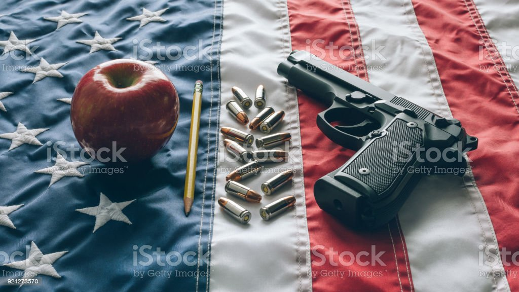 pistola 9mm na escola bandeira EUA - foto de acervo