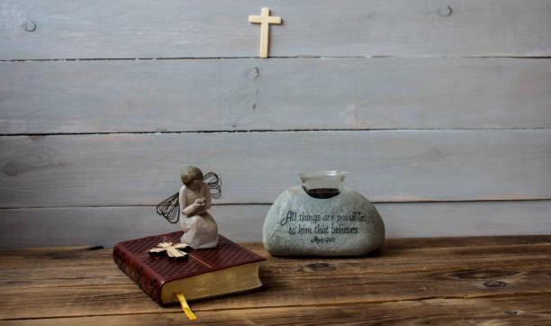 ein engel bibel und kreuz - schmuck engel stock-fotos und bilder