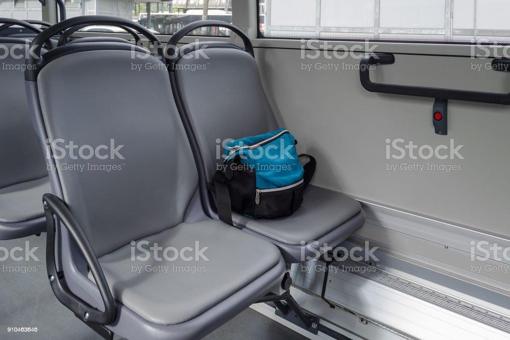 un bolso en el asiento en autobús - foto de stock