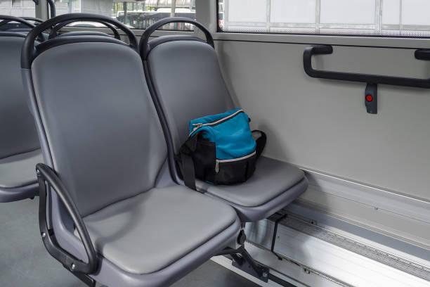 eine Tasche auf dem Sitz im bus – Foto