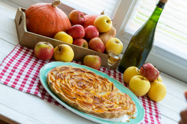 eine schöne apfelkuchen mit äpfeln und apfelwein - apfelweinkuchen stock-fotos und bilder