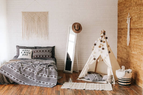 ein schlafzimmer in einem indischen stil-interieur - tipi bett stock-fotos und bilder