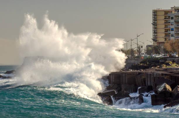 a big wave floods the city – zdjęcie