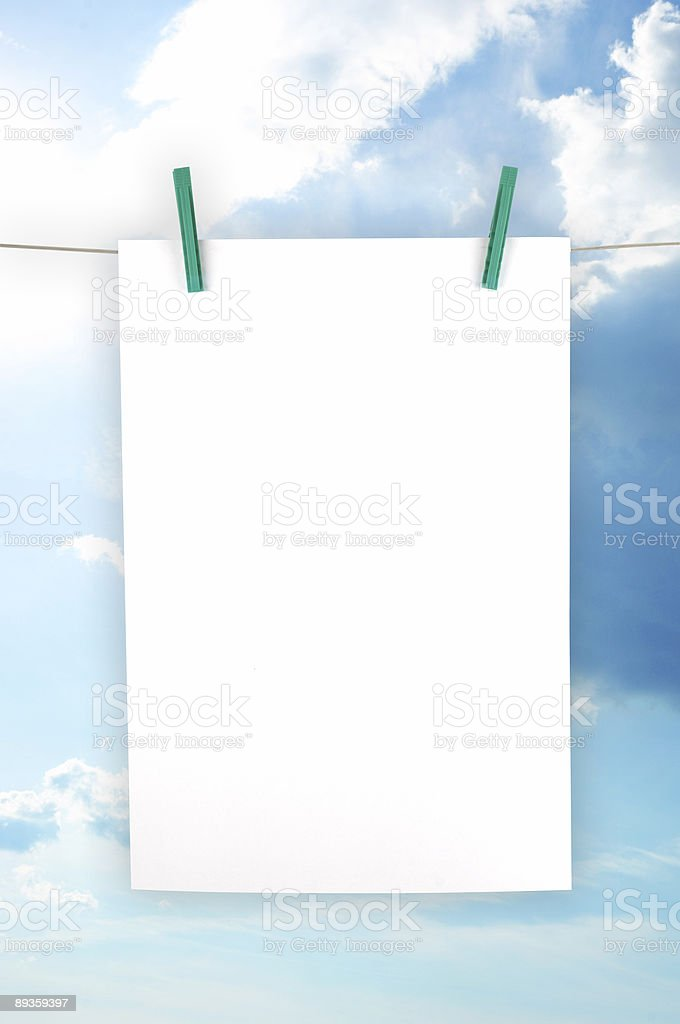 Una hoja de papel en Blanco parecían lavandería y planchado foto de stock libre de derechos