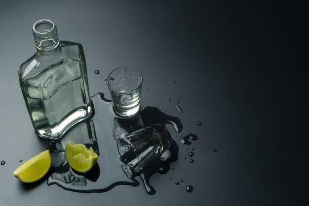 uma garrafa de tequila prata com os copos de tequila - squeeze bottle - fotografias e filmes do acervo