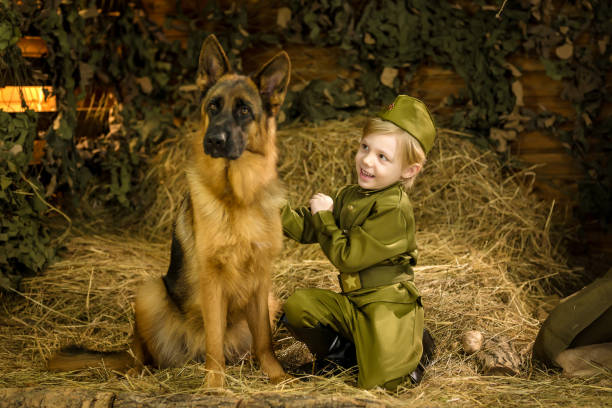 ein Junge steht mit einem Hirten in Uniform. – Foto