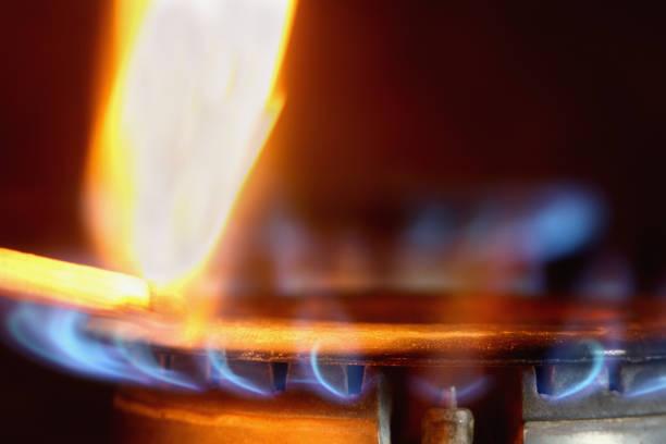 ガスストーブのガスに火をつける燃える一致 ストックフォト