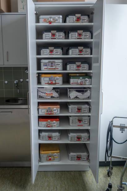 Ein Schrank voller chirurgischer Instrumente Container – Foto