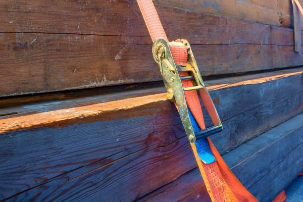 Eine Ladung mit orangefarbenem Spanngurt gesichert – Foto