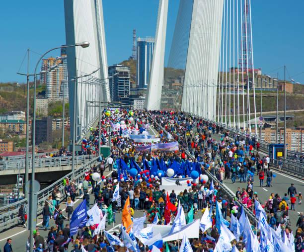 eine festliche Parade zu Ehren der ersten Maya. Menschen gehen auf der Brücke – Foto