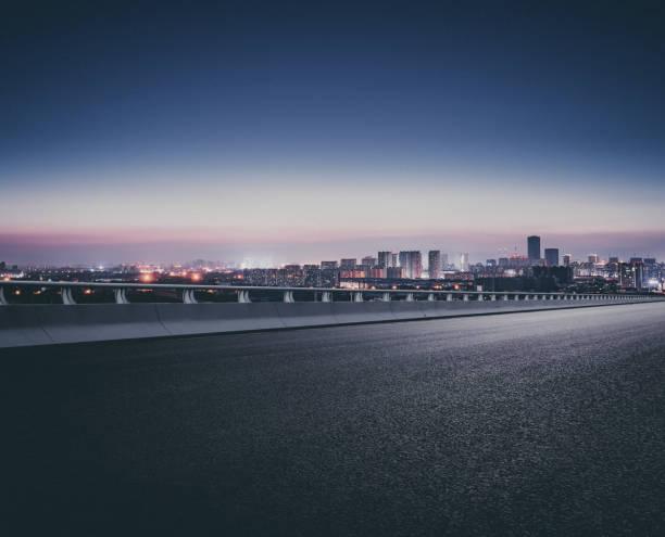 een plaats ver van de weg nadat de zon in de avond - stadsweg stockfoto's en -beelden