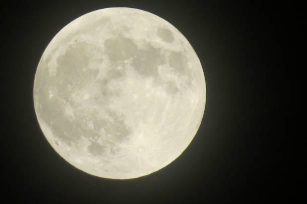 un gros plan de la pleine lune montrant des cratères - pleine lune photos et images de collection