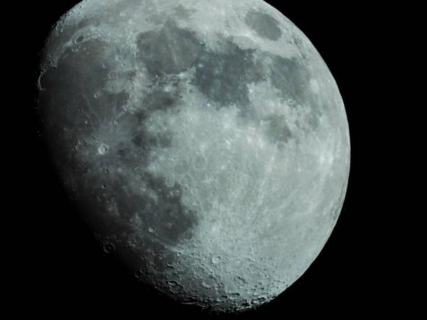 Nahaufnahme eines Dreiviertelmondes am Nachthimmel – Foto