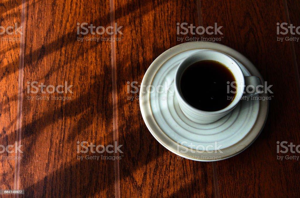 a cup of coffe in window light. foto de stock libre de derechos