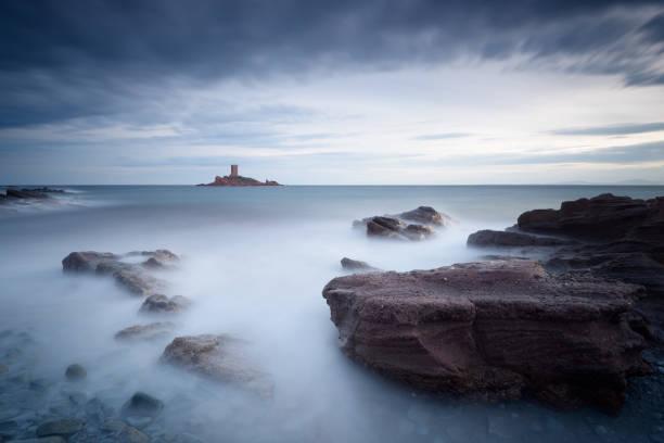 un jour d'orage sombre autour du cap dramont et l'île d'or - Photo