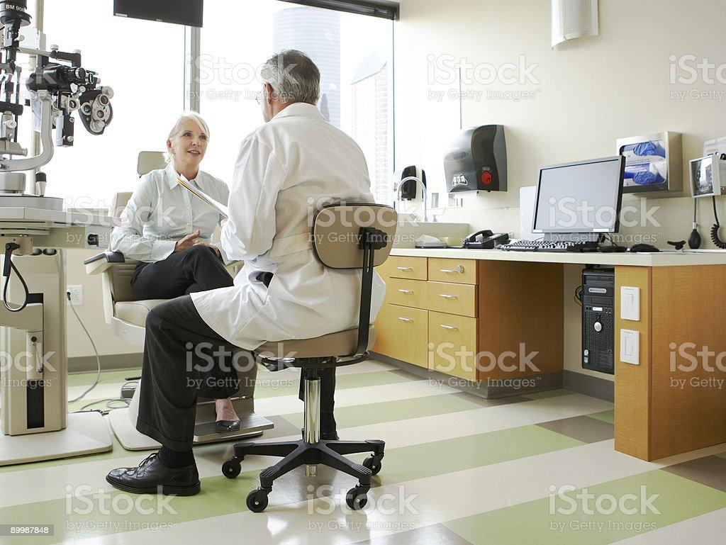 医師および患者との議論彼女のビジョン ストックフォト