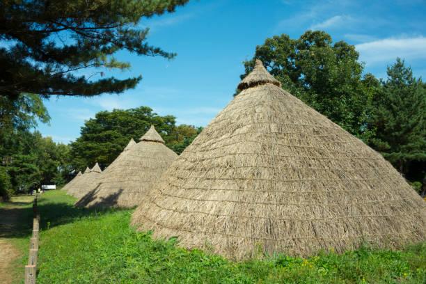 a dugout hut a dugout hut portal dolmen stock pictures, royalty-free photos & images