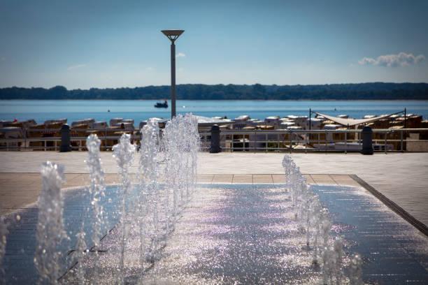 ein Brunnen auf einer Promenade am Strand – Foto