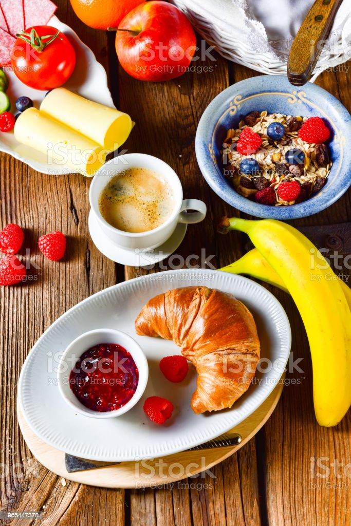 신선 하 고 맛 있는 맛 있는 크로 아침 식사 - 로열티 프리 0명 스톡 사진