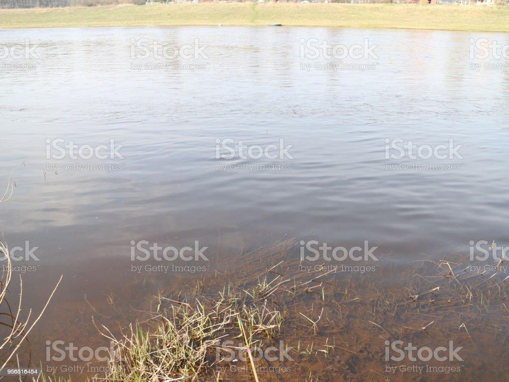 einem wasserreichen Fluss im Frühling - Lizenzfrei Bach Stock-Foto