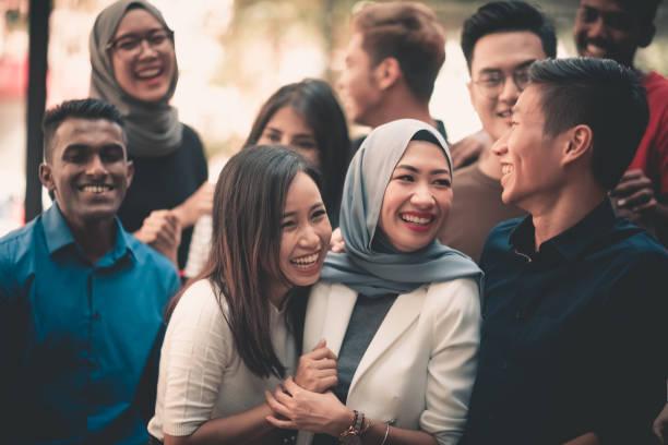 um grupo de adultos jovens reunindo - malásia - fotografias e filmes do acervo