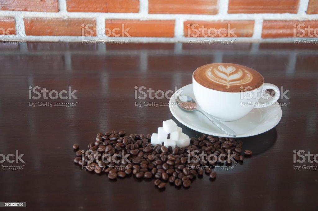 einen heißen Kaffee Kaffeebohnen mit Zucker. Lizenzfreies stock-foto