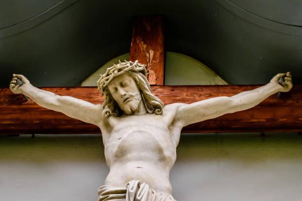 une statue de jésus sur la croix de bois et peintes - jesus croix photos et images de collection