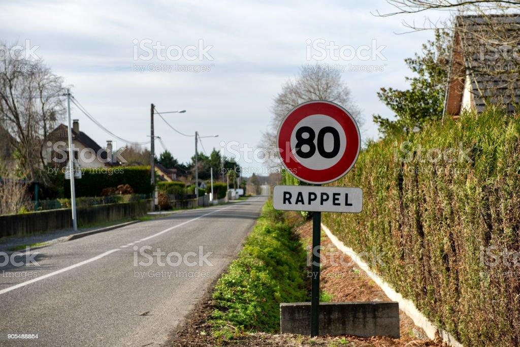 une vitesse limite à 80 km/h sur les routes en français - Photo