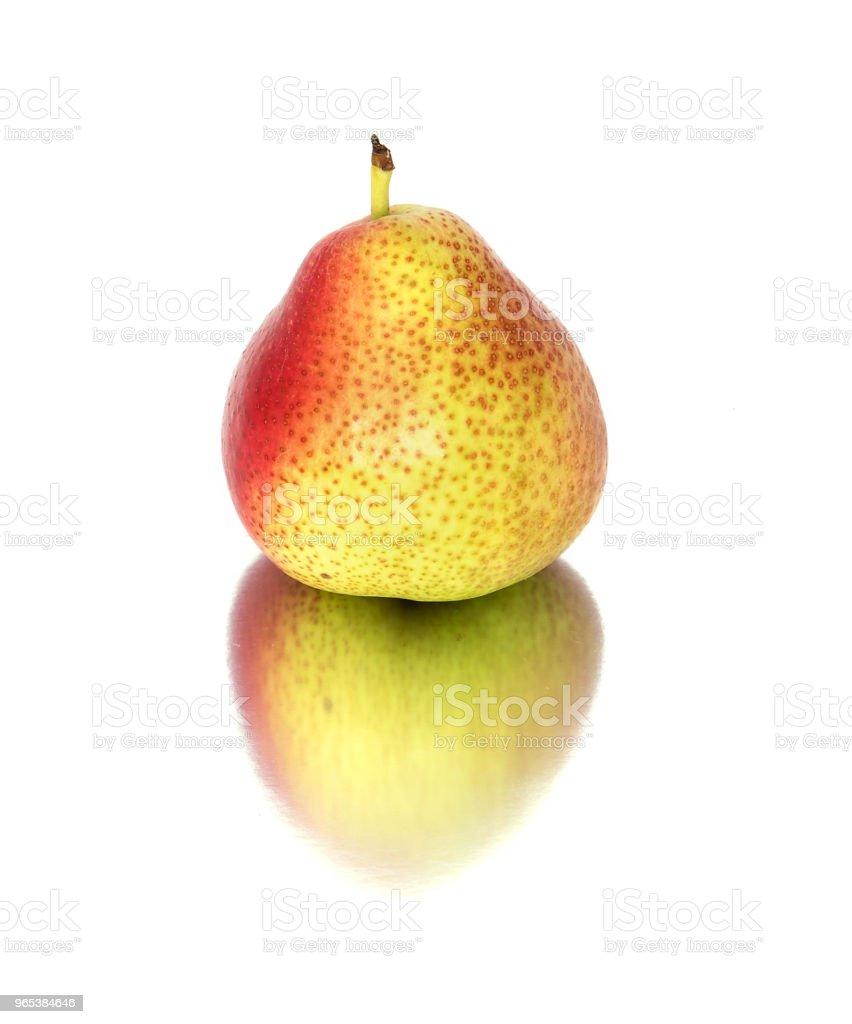 beaucoup de poires grosses, mûres, lumineux. poires sur fond blanc, ensemble et en coupe transversale. - Photo de Aliment libre de droits