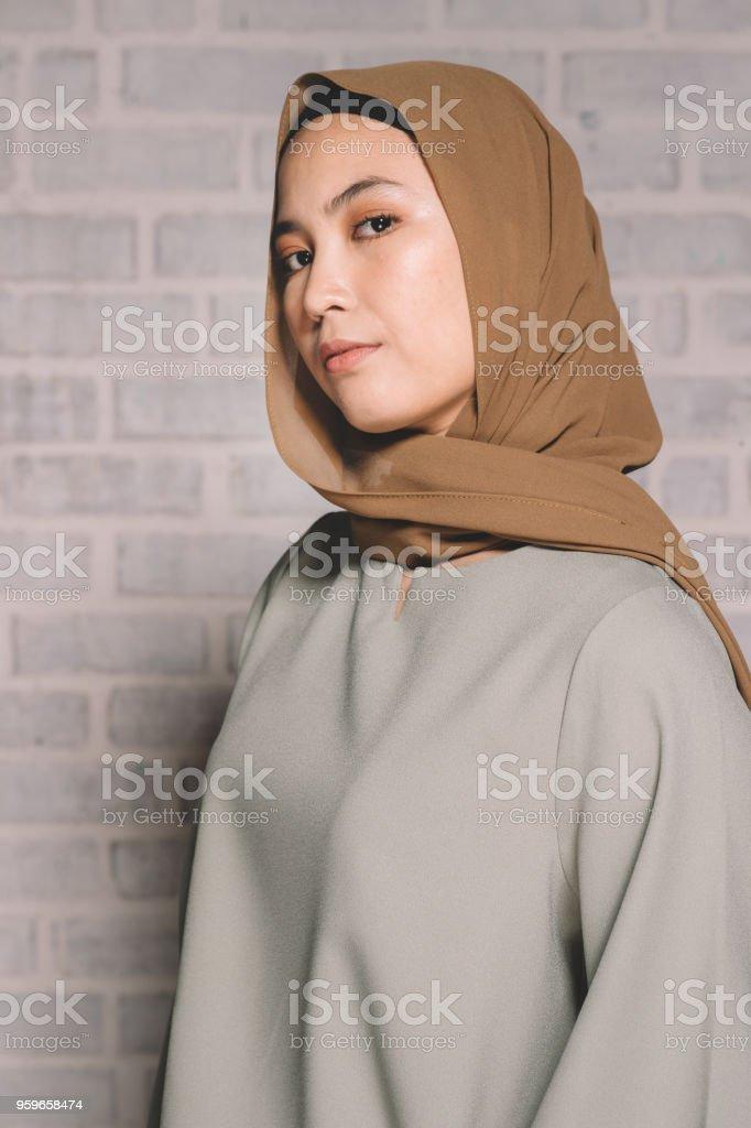 una mujer malaya mirando a cámara - Foto de stock de Adulto libre de derechos