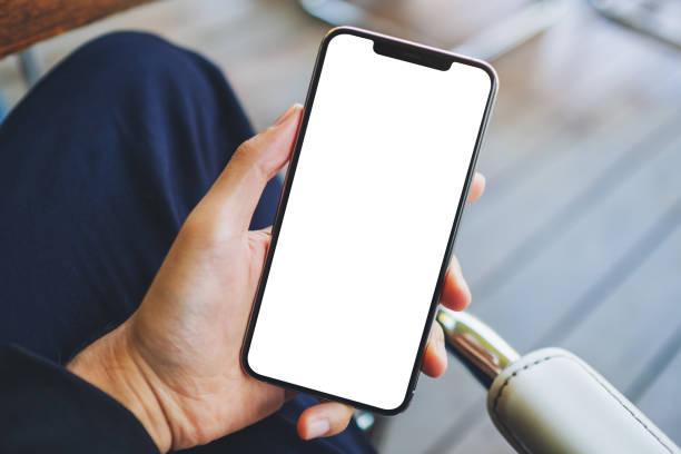 ein Mann hält schwarzes Handy mit leerem weißen Bildschirm – Foto