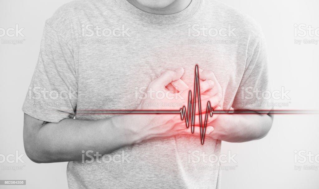 un hombre tocando su corazón, con la señal de pulso de corazón, concepto de ataque al corazón y otras cardiopatías - foto de stock