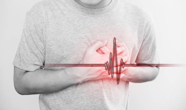 um homem que tocou seu coração, com sinal de pulso do coração, conceito de ataque cardíaco e outras doenças cardíacas - foto de acervo