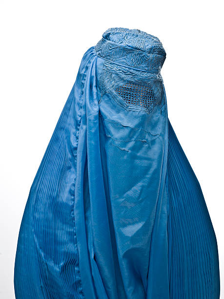 muslimische frau trägt eine blaue burka - burka stock-fotos und bilder