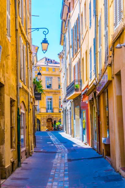 une ruelle dans le centre d'aix-en-provence, france - aix en provence photos et images de collection