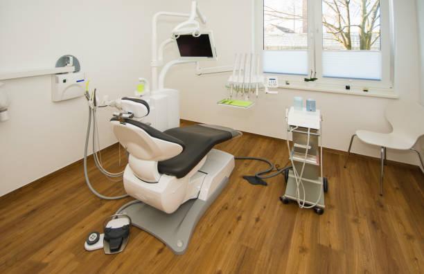 Ein neuer Zahnarztstuhl wird in den Behandlungsraum des Zahnarztes gestellt – Foto