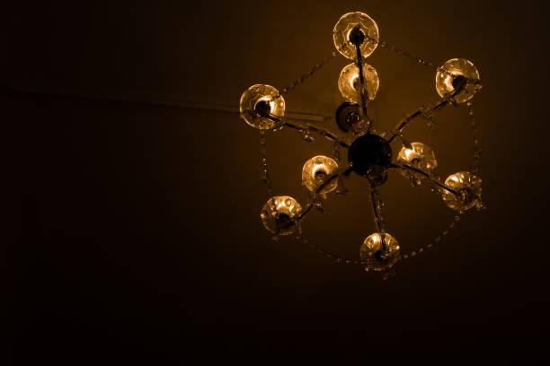 eine alte Candelier in einem dunklen Raum – Foto