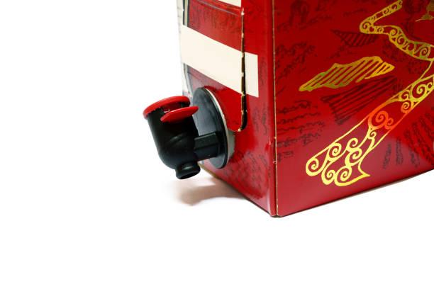 en pappkartong rött vin med svart kuk på vit bakgrund isolerade - wine box bildbanksfoton och bilder