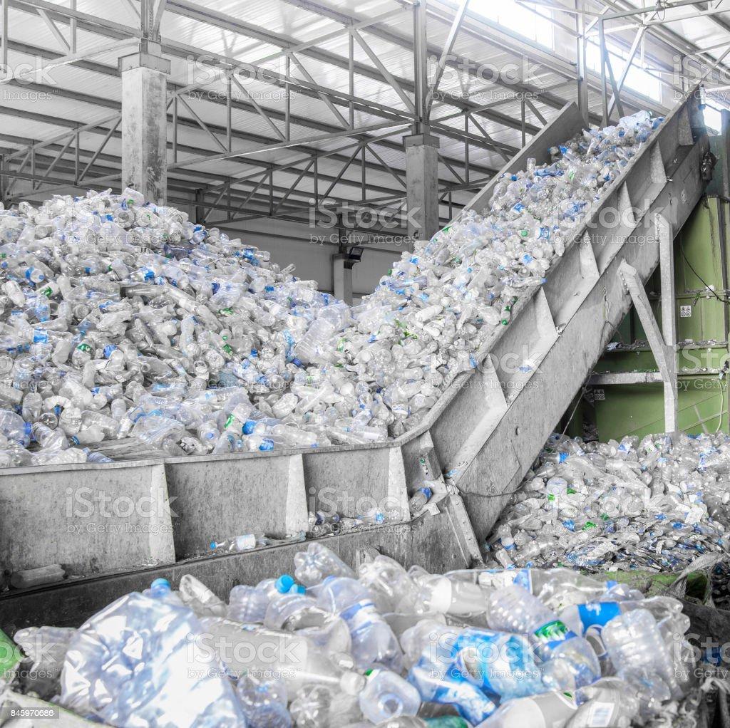 una planta para el reciclaje de botellas - foto de stock