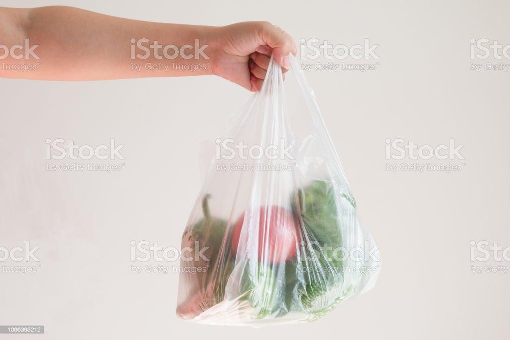 eine Plastiktüte mit Gemüse – Foto