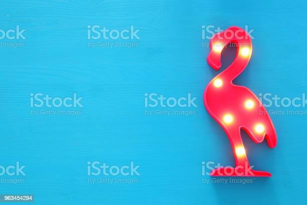 Plastikowa Lampa Flamingowa Z Diodami Led Na Niebieskim Drewnianym Tle Wakacyjna Koncepcja Lata - zdjęcia stockowe i więcej obrazów Flaming