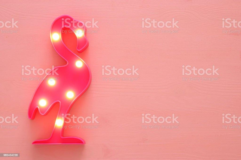 Plastik bir flamingo lamba LED pembe ahşap arka plan üzerinde. tatil yaz konsepti. - Royalty-free Afrika Stok görsel