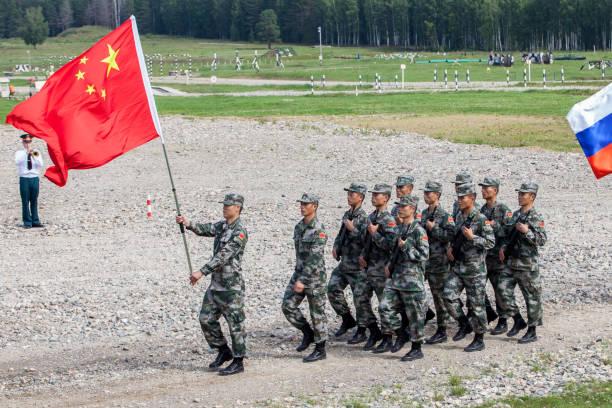 en pluton av soldater i den kinesiska armén med folkets flagga i kina marscherar i en parad steg - chinese military bildbanksfoton och bilder