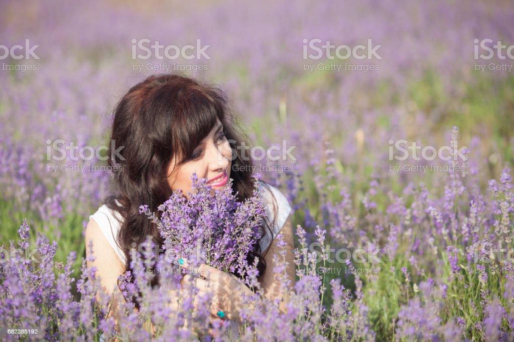 ラベンダーの紫の花のフィールドで妊娠中の女性 ロイヤリティフリーストックフォト