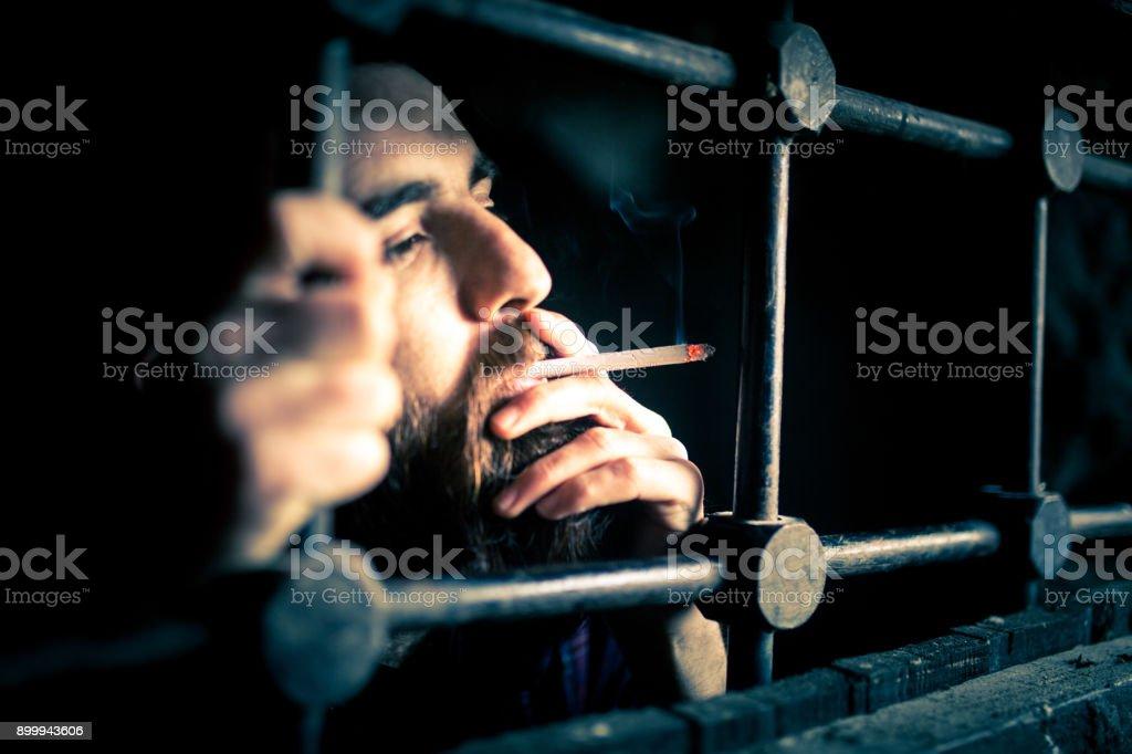 ein Gefangener zwischen Balken Lizenzfreies stock-foto